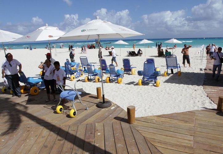 El año pasado fue inaugurada y adaptada la primera playa inclusiva en Playa del Carmen. (Redacción/SIPSE)