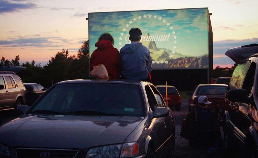 A finales de los 50 y en su pleno apogeo, había más de cuatro mil autocinemas, que representaban el 25 por ciento de las pantallas de cine de la nación. (Imagen de contexto tomada de kudago.com)