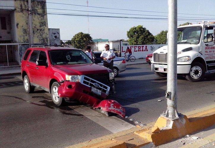 El conductor impactó su vehículo contra un poste de alumbrado público. (Redacción/SIPSE)