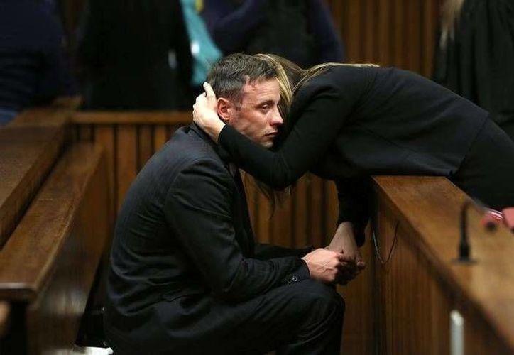 Oscar Pistorius recibe apoyo de su hermana Aimee, derecha, en el Alto Tribunal de Pretoria, Sudáfrica, el miércoles 15 de junio de 2016.  (Alon Skuy, Pool via AP)