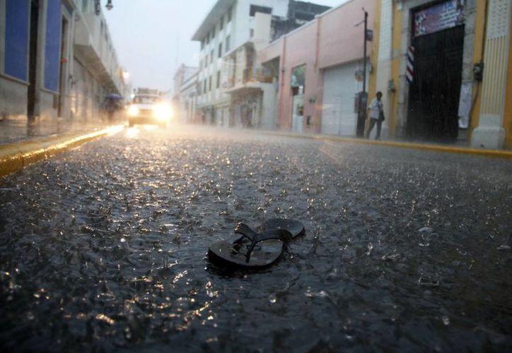 Esta chancla quedó como mudo testigo de la intensidad de la lluvia la tarde de este viernes. (Juan Albornoz/SIPSE)