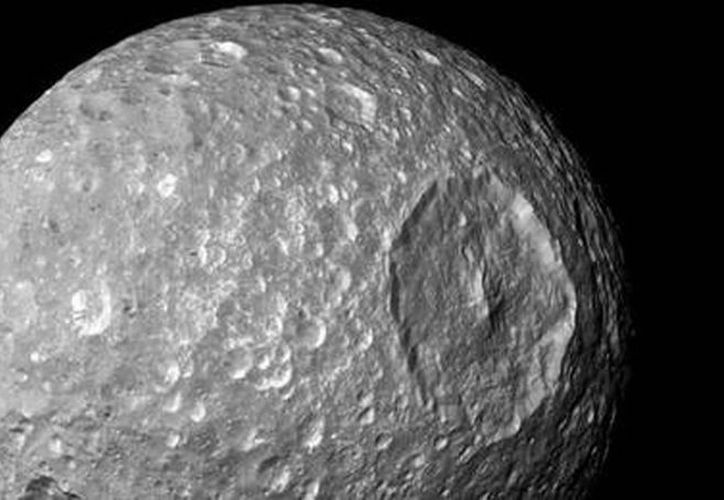 El pequeño satélite muestra multitud de impactos de cuerpos celestes. (Notimex)