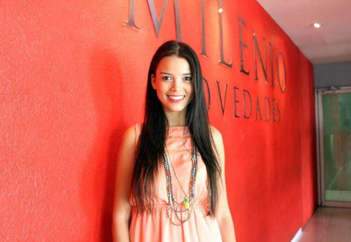 Blogger yucateca promueve un mejor estilo de vida más saludable compartiendo recetas de comida vegana y cruda a través de sus redes sociales. En la foto, Alhely Fallah, mejor conocida como Lylo, durante su visita a las instalaciones de Milenio Novedades. (Milenio Novedades)