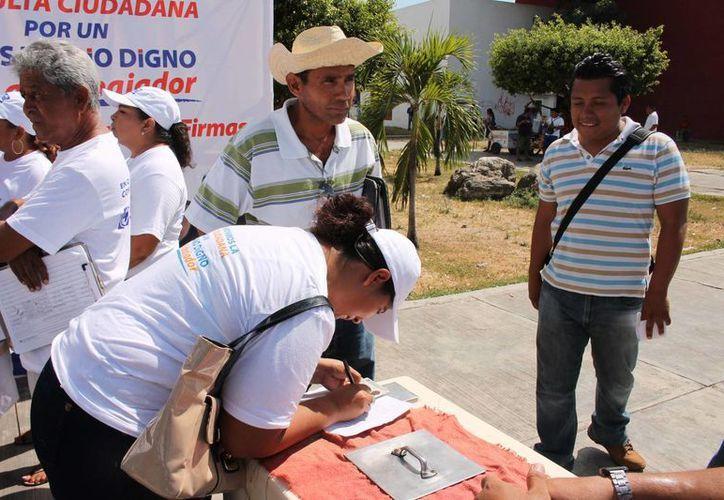 Continúan con la recolección de firmas en Chetumal. (Redacción/SIPSE)