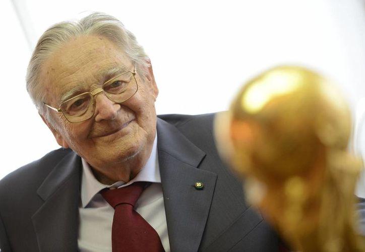 Hace más de 40 años, Silvio Gazzaniga ganó el concurso que organizó la FIFA para buscar el nuevo diseño del trofeo de la Copa Mundial de futbol.(Giuseppe Aresu/AP)