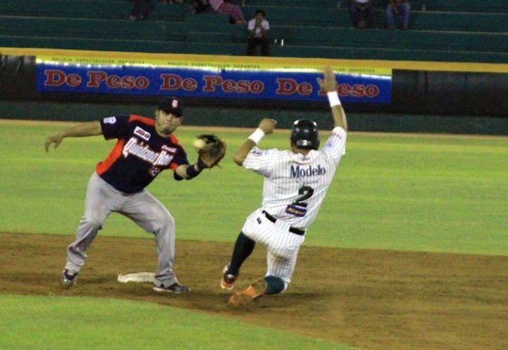 """El león Luis """"Rayo"""" Arredondo se lanza en pos de la segunda base. (SIPSE)"""