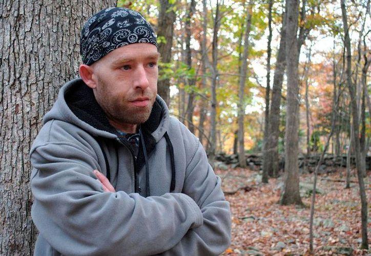 James Tully 'huye' de la policía porque siempre lo confunde, por su parecido, con Eric Frein, prófugo de la justicia por asesinato de un agente. (AP)