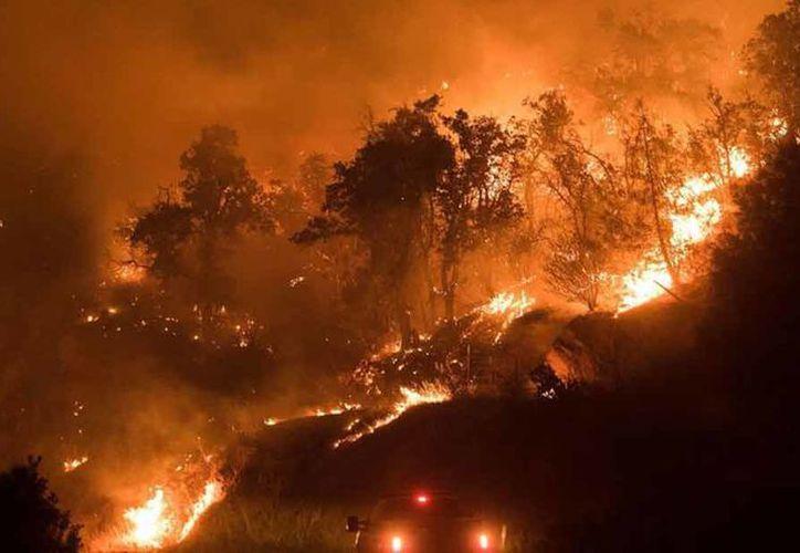 El incendio de Detwiller, que empezó justo antes de las 4:00 de la tarde del domingo. (Los Ángeles Times)