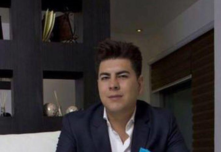 Jonathan Collantes Cabañas, ex alcalde de Tlachichuca, dijo que le dio sus apellidos a la niña en el año 2012 cuando ésta tenía dos años de edad. (facebook.com/jonathan.collantescabanas)