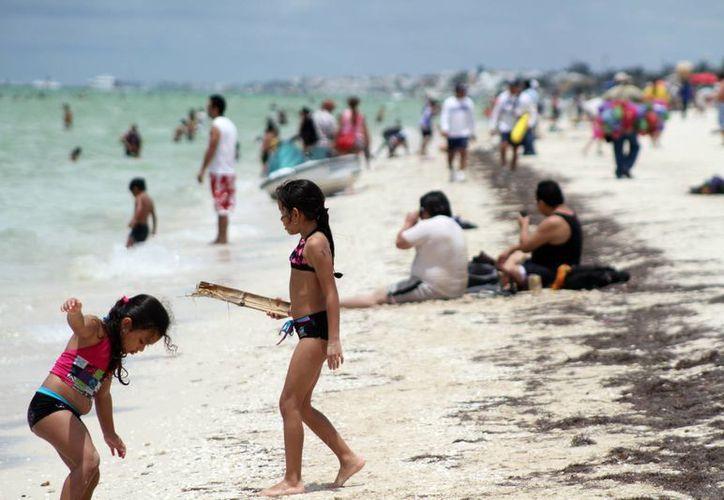 En el primer domingo de asueto de primavera, muchas familias visitaron el malecón. (Milenio Novedades)
