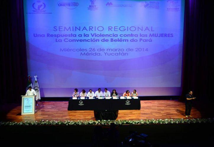 El ombudsman nacional Raúl Plascencia Villanueva inauguró el seminario regional en Mérida. (Luis Pérez/SIPSE)
