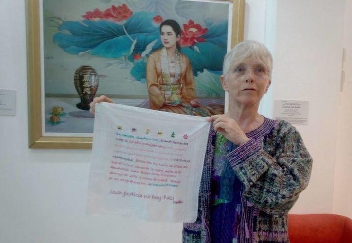 Teresa Carmona, desde septiembre pasado, empezó a tejer los pañuelos. (Eric Galindo/SIPSE)