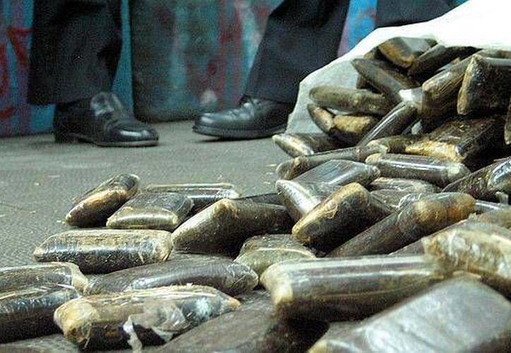 Tras el abordaje de la embarcación, se localizó en la bodega un total de 212 fardos de hachís. (Archivo/abc.es)
