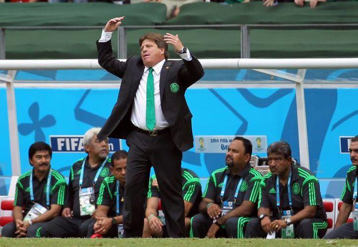El entrenador del Tri, Miguel Herrera, El Piojo, da órdenes a sus jugadores diurante el histórico partido en el que empataron por primera vez contra Brasil. (Notimex/Foto de archivo)