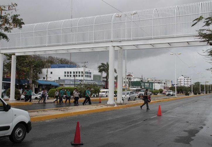 Uno de los puentes se ubica cerca de la terminal de Autobuses de Oriente. (Tomás Álvarez/SIPSE)