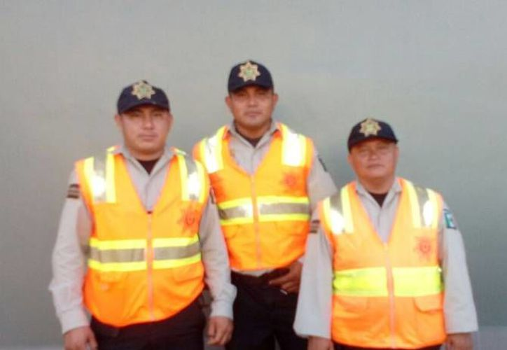 Los tres oficiales que ayudaron a la señora Deysi Carolina Quijano Parra con su labor de parto cuando intentaba llegar al hospital. (Milenio Novedades)