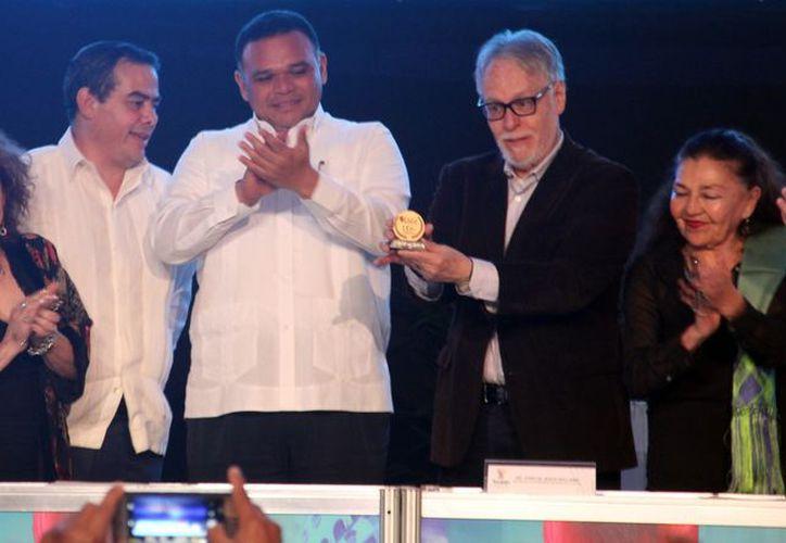 El poeta David Huerta recibe la medalla José Emilio Pacheco de las manos del gobernador Rolando Zapata Bello. (Fotos de Christian Coquet/SIPSE.com)