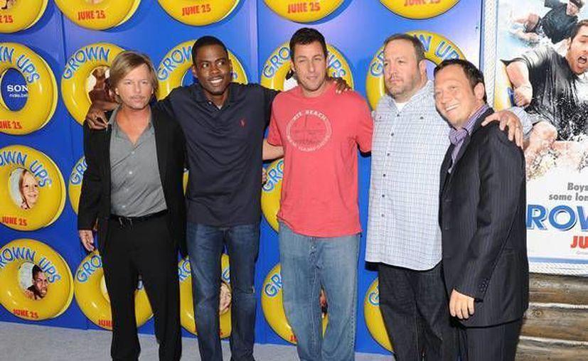 Adam Sandler (de rojo) volverá a actuar en una película con sus amigos Kevin James y Rob Schneider (d) (zimbio.com)