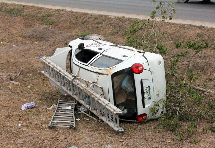 Imagen de cómo terminó el automóvil Matiz al salirse del anillo periférico y sin una llanta. (Milenio Novedades)
