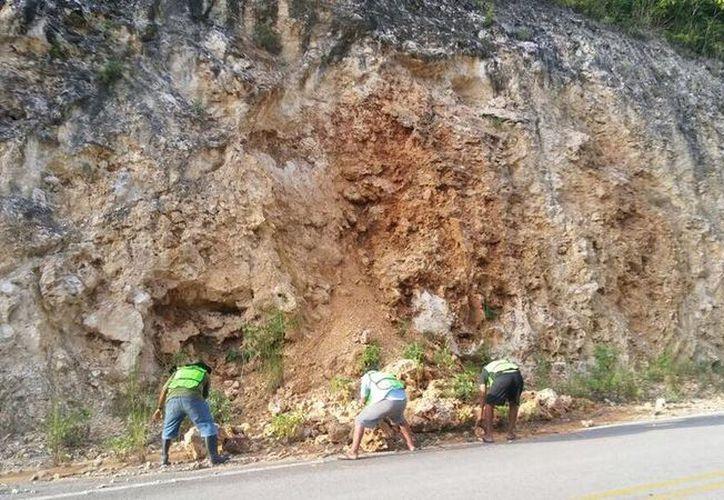 Las grandes rocas obstaculizan el paso de los vehículos, y son un riesgo para las personas. (Carlos Castillo/SIPSE)