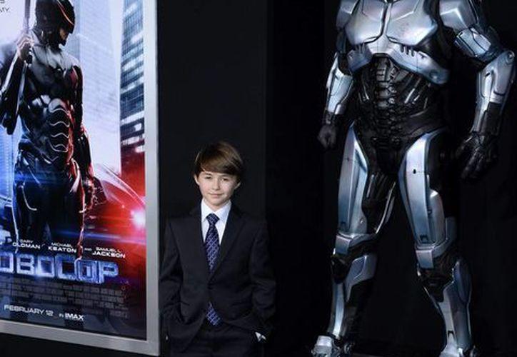 El joven actor canadiense John Paul Ruttan posó a su llegada al estreno de Robocop en el Teatro chino en Hollywood, Estados Unidos. (EFE/Archivo)