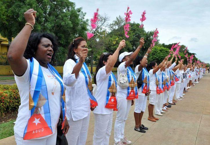 Las mujeres del colectivo Damas de Blanco se reunieron para conmemorar la 'Primavera Negra' ocurrida en marzo de 2003. (EFE)