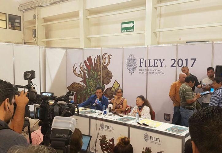 Rueda de prensa en la que Sara Poot Herrera (der) habló sobre el IX Congreso Internacional de la Literatura Ni Frío Ni Calor: Cero Grados. (SIPSE.com)