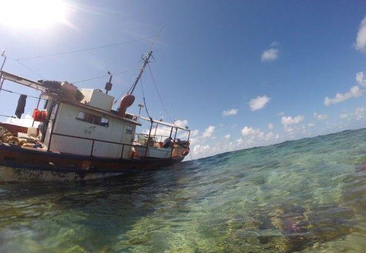 """La embarcación pesquera """"Fallito"""" encalló en el Parque Nacional Arrecife Alacranes el pasado 31 de agosto de 2018. (Milenio Novedades)"""