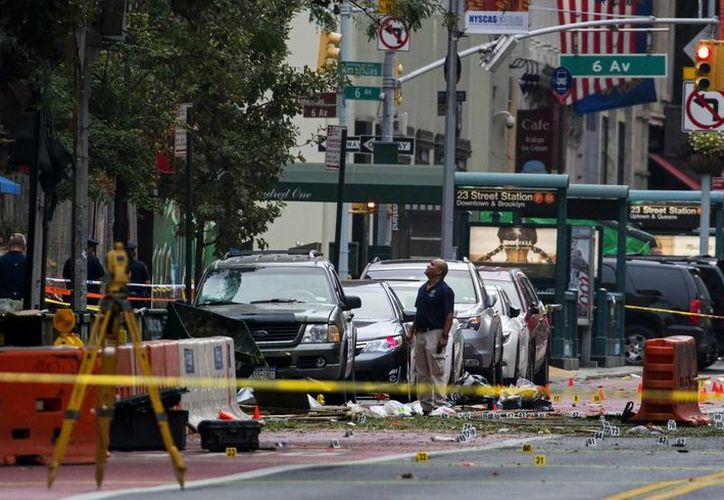 Investigadores trabajan en la escena de una explosión el sábado en el barrio de Chelsea, en Manhattan, Nueva York. (AP/Craig Ruttle)