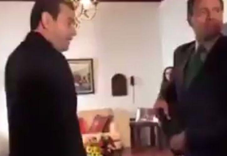 Un clip en el que se ve al presidente de México sacar algo de su saco durante su reunión con el primer mandatario de Guatemala, se ha viralizado. (Impresión de pantalla)