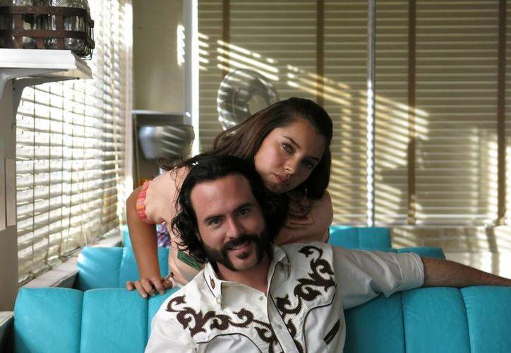 """Los actores mexicanos Erik Hayser y Sara Maldonado posan para una foto durante la grabación de una escena de la serie próxima a estrenarse """"Camelia la Texana"""", en Pachuca. (Agencias)"""