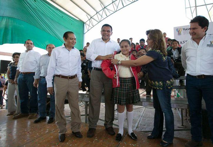 El gobernador de Yucatán, Rolando Zapata, durante la entrega de chamarras correspondiente al programa Bienestar Escolar. La entrega se realizó en Tzucacab y Tekax. (Foto cortesía del Gobierno de Yucatán)