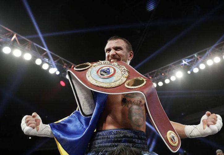 Vasyl Lomachenko defendió de buena manera su título ante el jamaicano Walters, quien no aguantó los embates del ucraniano y decidió abandonar la pelea.(John Locher/AP)