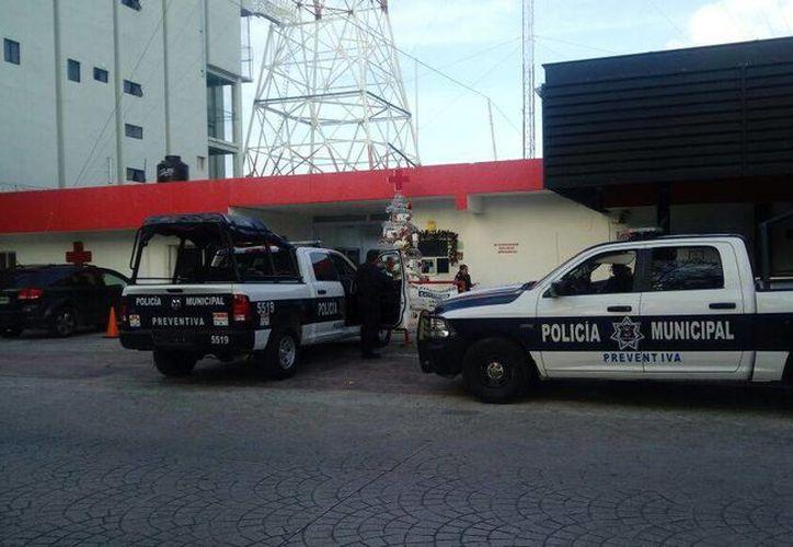 Elementos policíacos llegaron a la Cruz Roja, para investigar los hechos. (Eric Galindo/SIPSE)