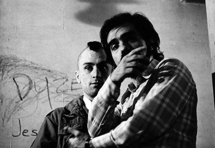 Robert de Niro (atrás) y Martin Scorsese celebran 40 años de Taxi Driver, una de las películas más famosas e importantes en la historia del cine norteamericano moderno. (cinemania.es)