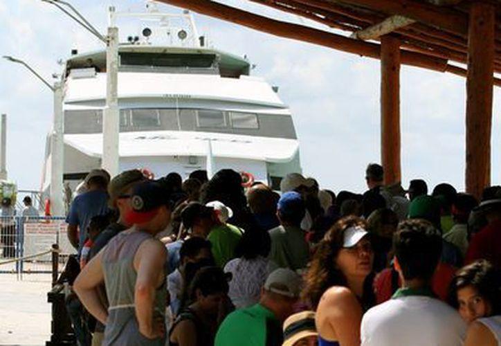 Los solidarenses piden que también se les aplique el descuento para cruzar a Cozumel, beneficio del que gozan los isleños.  (Adrián Monroy/SIPSE)
