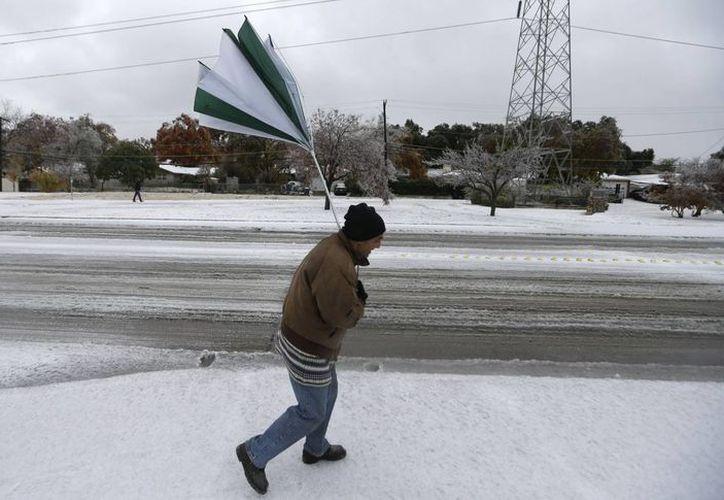 La tormenta cubrió de nieve a varios estados del oeste del país y dejó hielo, nieve y lluvia congelante en el centro y este del territorio estadunidense. (Agencias)
