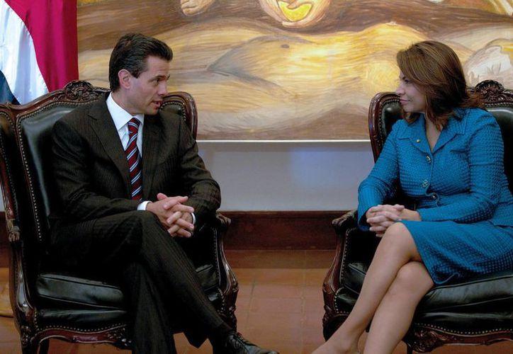 El presidente Peña Nieto y su homóloga de Costa Rica, Laura Chinchilla, conversan en las instalaciones del Museo de Arte Costarricense. (Notimex)