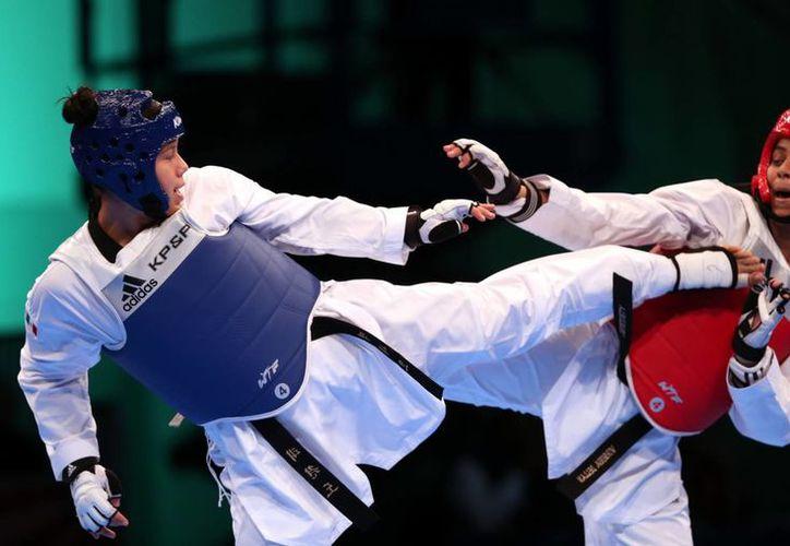 Briseida Acosta (d) se impuso a la cubana Lisbeilys Ferran por marcador de 7-5, en la división más de 73 kilos en los Juegos Centroamericanos y del Caribe en Veracruz. (Notimex)