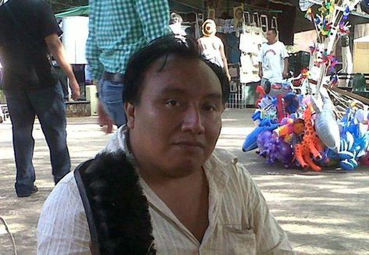 César Soberanis es uno de los 45 boleros que laboran en la plaza central. (Milenio Novedades)