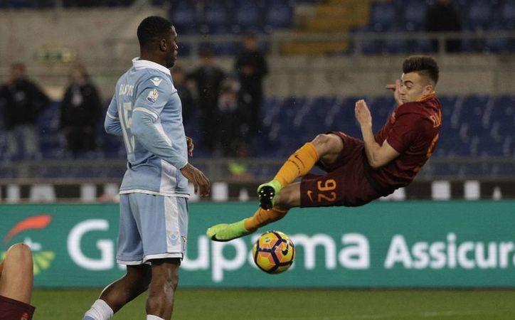 Lazio ganó 2-0 a Roma en uno de los partidos de ida de cuartos de final de la Copa de Italia. En la foto, Stephan El Shaarawy hace un remate acrobático. (AP)