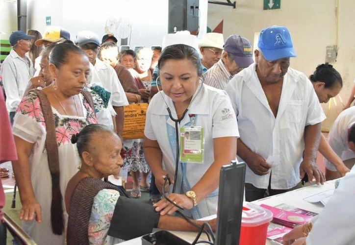A partir de este lunes, en Tekax, la SSY implementó la Semana Nacional de Salud para Gente Grande. (Fotos cortesía del Gobierno estatal)