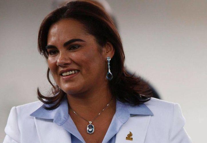 La ex primera dama Rosa Elena de Lobo dirigió varios programas sociales, entre ellos el de dotar de zapatos y uniformes a niños de centros educativos públicos. (EFE/Archivo)