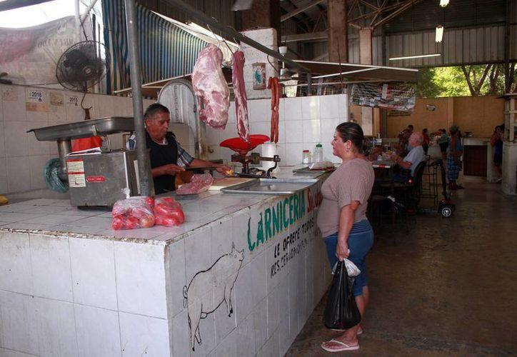 En el mercado de la colonia Mulsay, es poca la actividad. (Jorge Acosta/SIPSE)