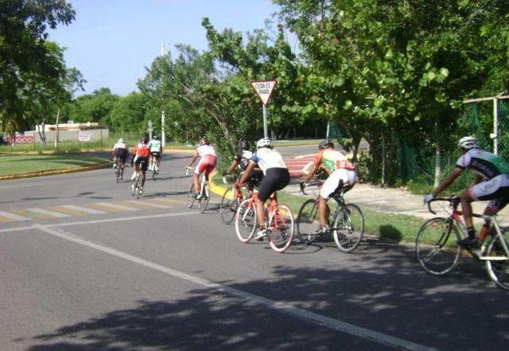 Tras declarar que los permisos de la Asociación de Ciclismo se daban verbalmente y no por escrito, los ciclistas fueron castigados. (Alberto Aguilar/SIPSE)