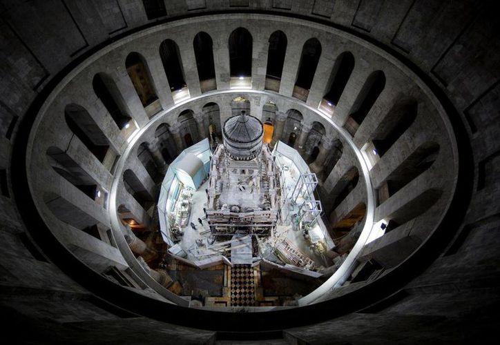 Imagen del santuario que alberga la tumba de Jesucristo, la cual está en proceso de restauración dentro de la Iglesia del Santo Sepulcro de Jerusalén. (Oded Balilty/AP para National Geographic)