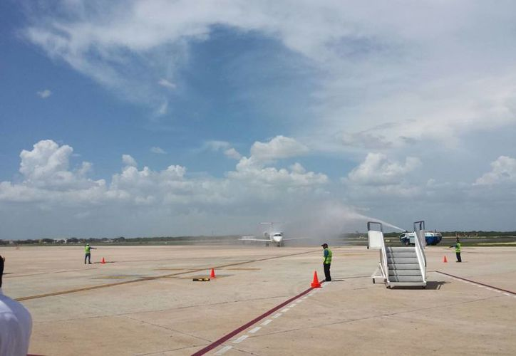 Esta foto muestra un chorro de agua que representa el 'bautizo' del nuevo vuelo a su llegada a Mérida.