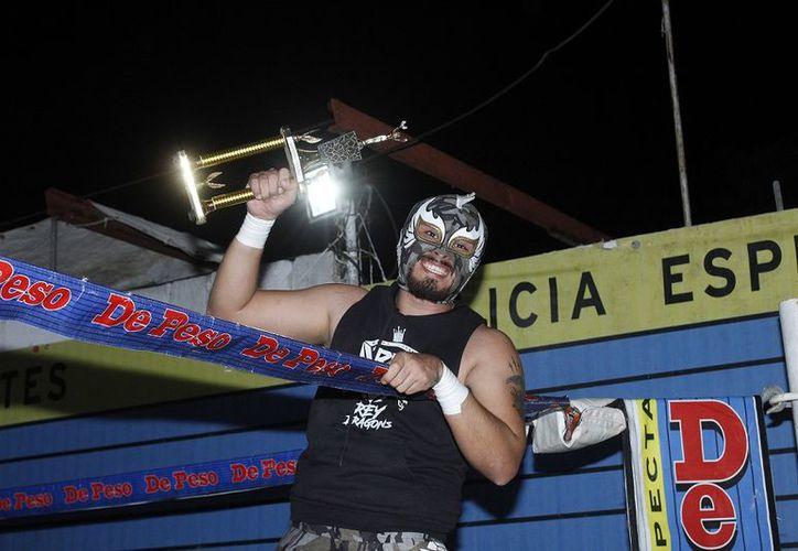La lucha libre yucateca rindió un emotivo homenaje a la trayectoria del fallecido cronista deportivo Russell Gutiérrez Canto. (Foto: Milenio Novedades)