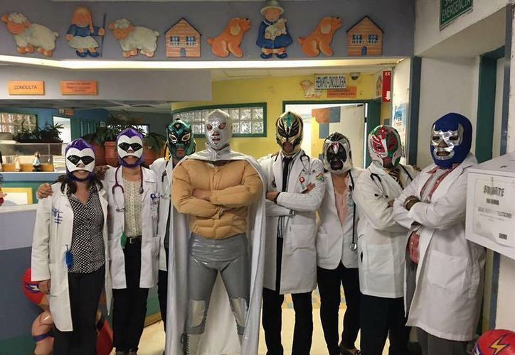 Durante el mes de junio, Sergio Gallegos Castorena atiende a sus pacientes disfrazado de El Santo. (facebook.com/sergio.gallegos.980)