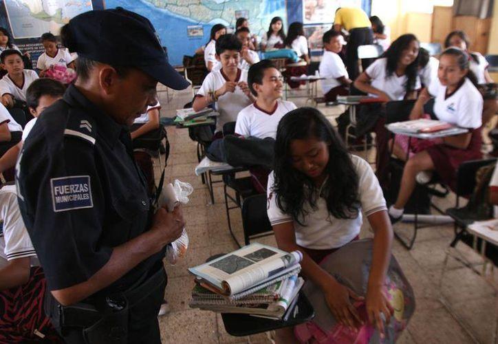 Durante el operativo se revisaron las mochilas de 596 estudiantes de los 18 grupos de la secundaria visitada.  (Redacción/SIPSE)